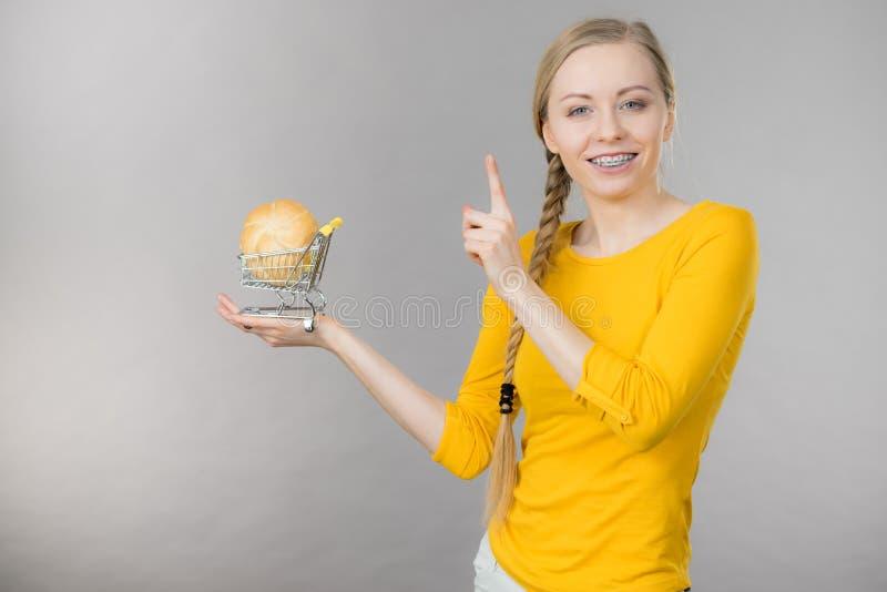 Kobiety mienia wózek na zakupy z chlebem zdjęcie stock
