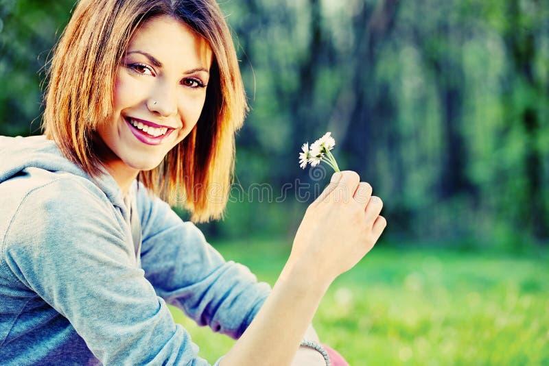 Kobiety mienia wiosny kwiat obrazy stock