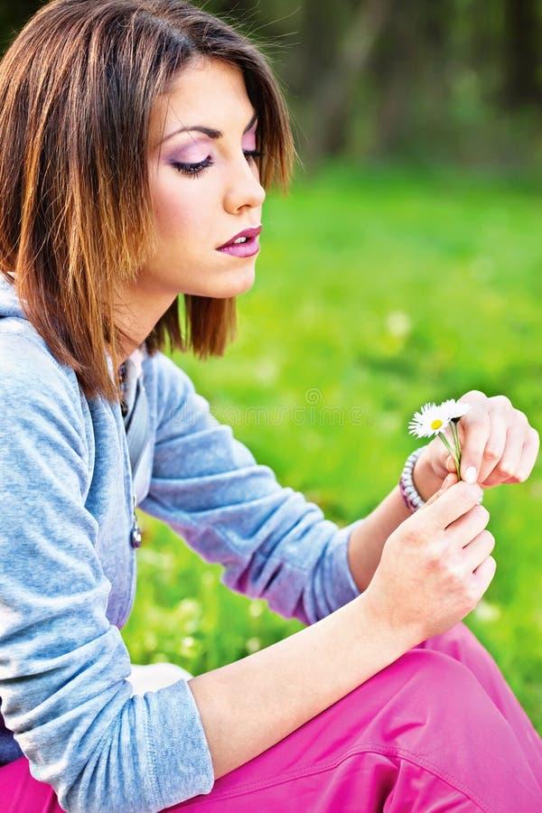 Kobiety mienia wiosny kwiaty obrazy royalty free