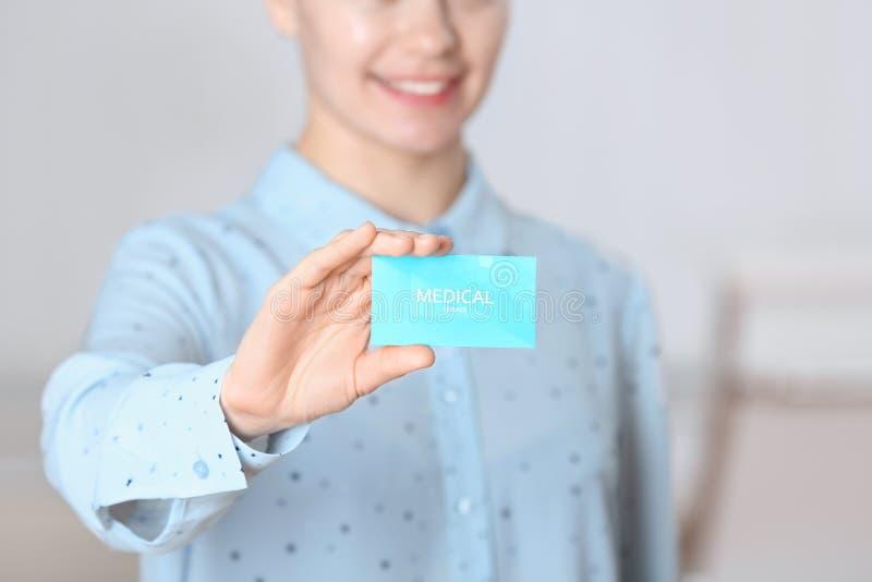 Kobiety mienia wizytówka indoors usługa zdrowotna zdjęcia stock