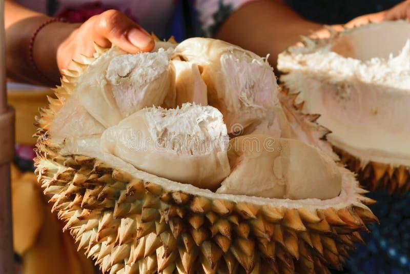 Kobiety mienie dzielił w przyrodniej Durian owoc obraz royalty free