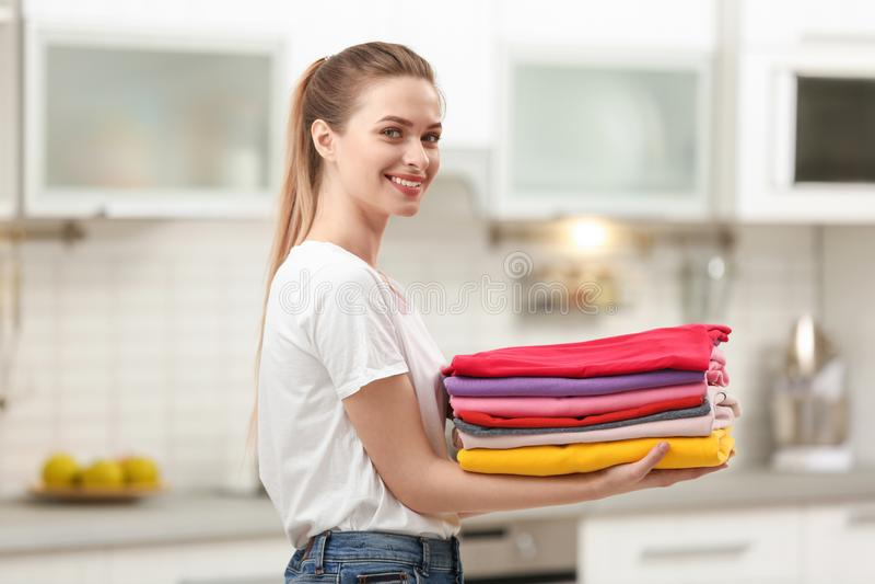 Kobiety mienie fałdowy czyści odzieżowego w kuchni obrazy royalty free