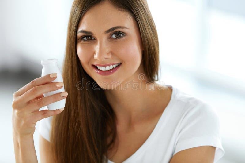 Kobiety mienie Pije jogurt Indoors zdrowego żywienia zdjęcia stock