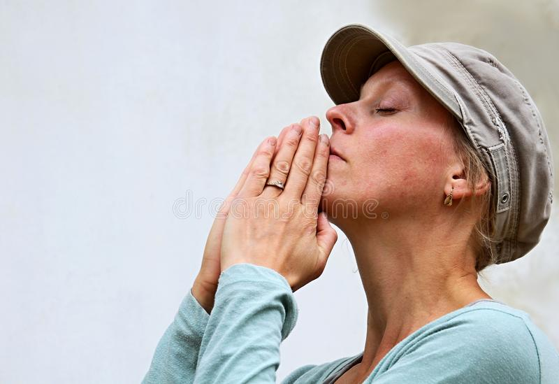 Kobiety modlenia ręki wpólnie obrazy royalty free