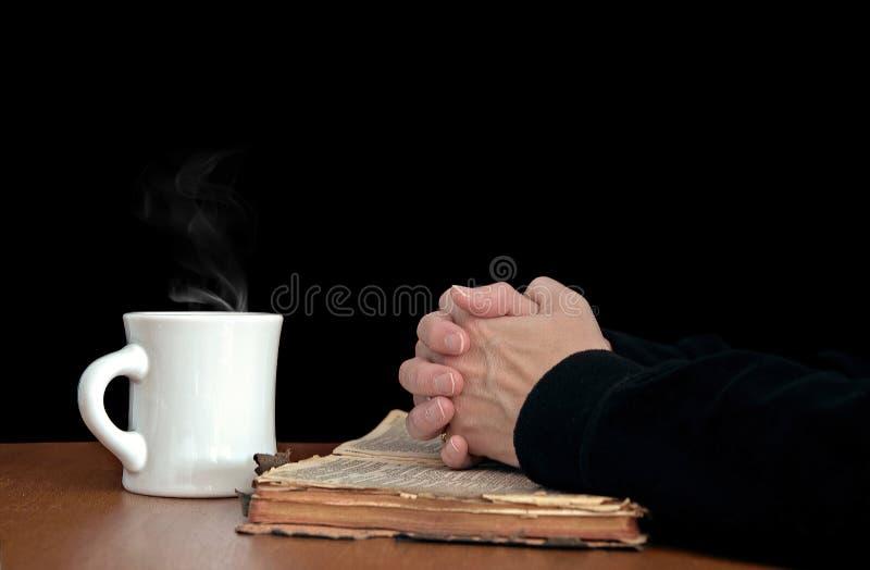 Kobiety modlenie na rocznik biblii fotografia stock