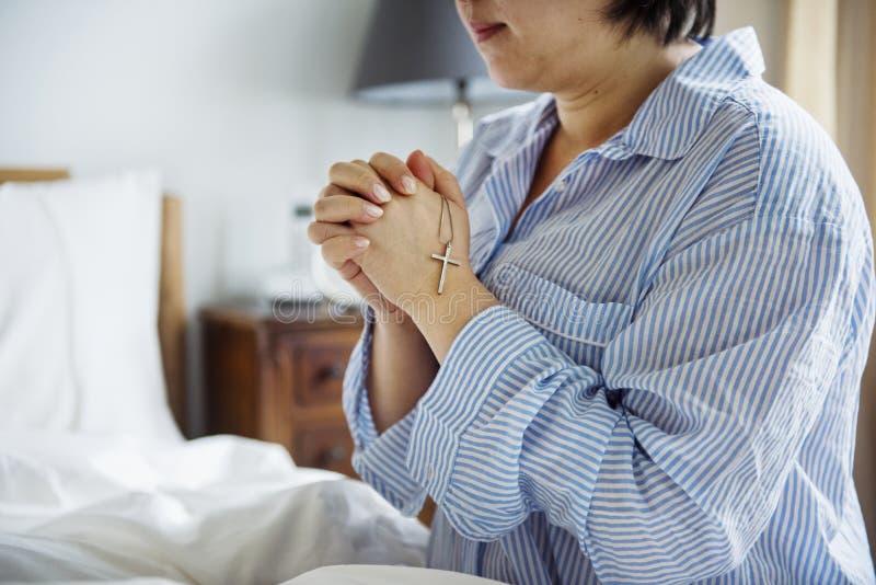 Kobiety modlenie przed iść łóżko fotografia royalty free