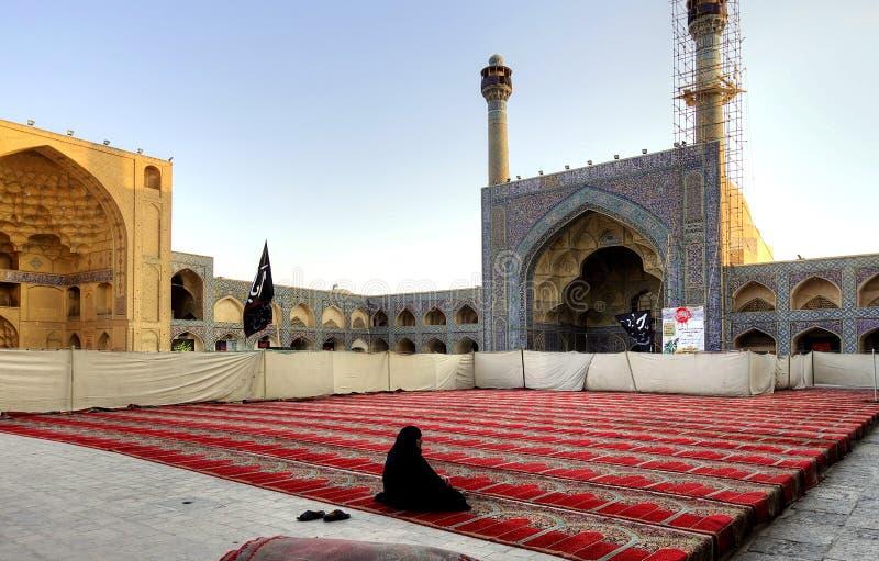 Kobiety modlenie przy meczetem zdjęcia royalty free