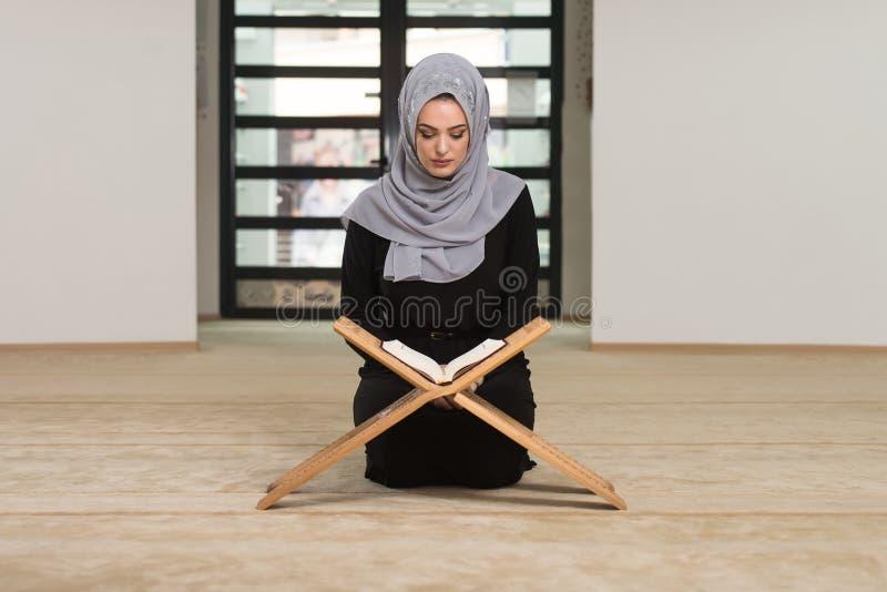 Kobiety modlenie W Czytelniczym koranie I meczecie obraz royalty free