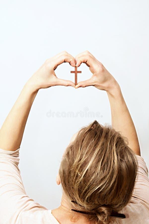 Kobiety modlenie z krzyżem w ona ręki obraz royalty free