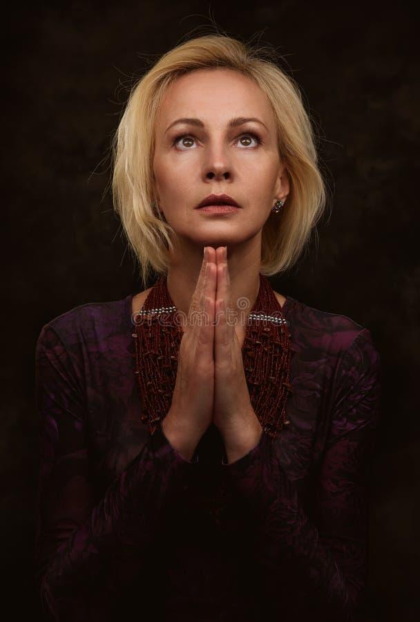 Kobiety modlenie z rękami wpólnie obraz royalty free