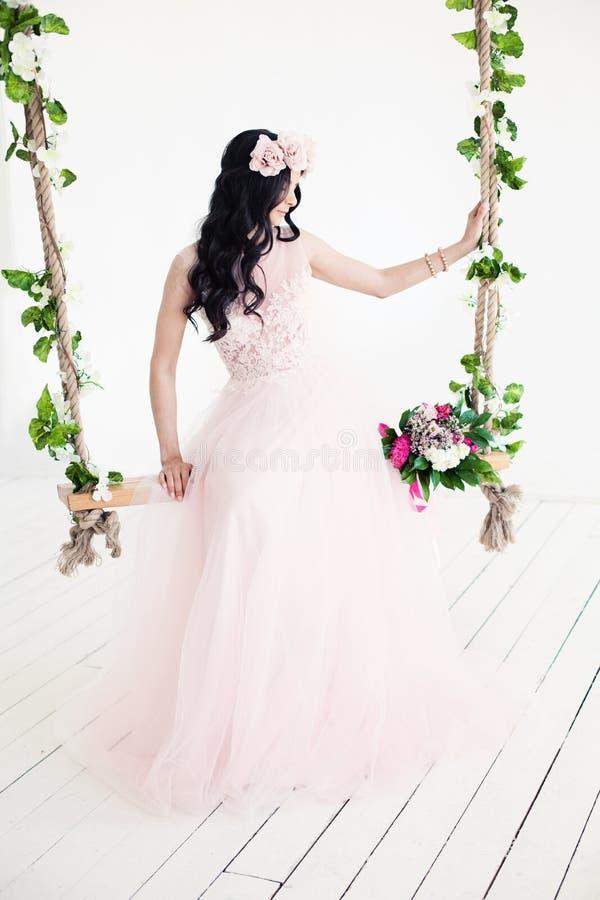 Kobiety mody model jest ubranym tiul suknię zdjęcia stock