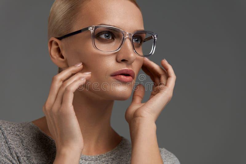 Kobiety mody szkła Dziewczyna W Eleganckich Popielatych Eyeglasses, Eyewear obrazy stock