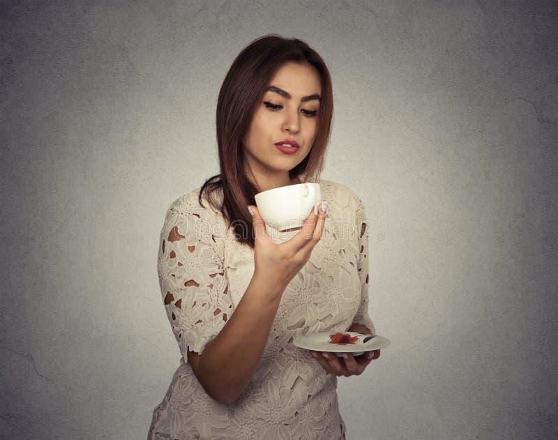 Kobiety myślący odgadywanie na kawowych ziemiach fotografia stock