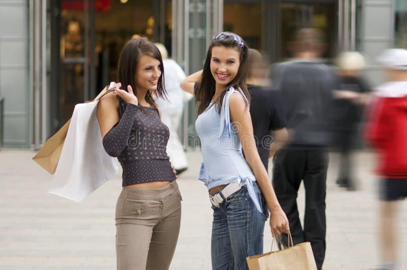 Download Kobiety na zakupy obraz stock. Obraz złożonej z centre - 5633843