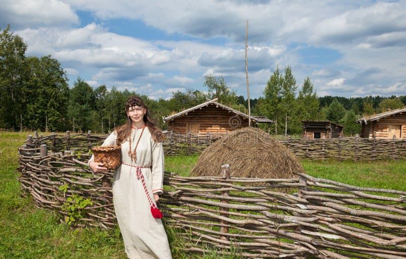 Kobiety nad antyczną rosyjską wioską obrazy stock