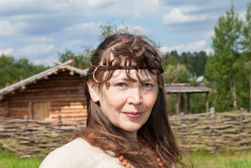 Kobiety nad antyczną rosyjską wioską obrazy royalty free