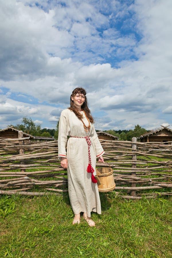 Kobiety nad antyczną rosyjską wioską fotografia stock