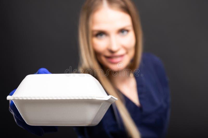 Kobiety nakrycia doktorski nos od złego wącha lunchu pudełka zdjęcie royalty free