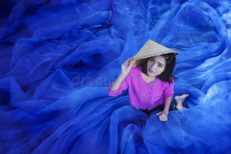 Kobiety naprawiają sieć rybacką zdjęcie royalty free