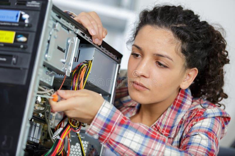 Kobiety naprawiania komputer osobisty w domu fotografia stock