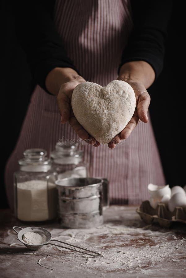 Kobiety narządzania ciasto z miłością obrazy stock