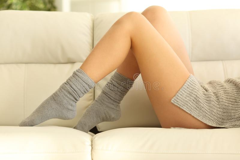 Kobiety nawoskować nogi w zimie w domu zdjęcia stock