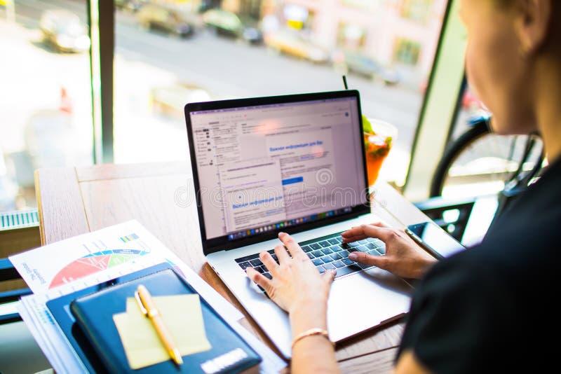 Kobiety nieruchomości analityka handlowy keyboarding na notatniku Żeńskiego advertiser pisać na maszynie tekst obraz stock