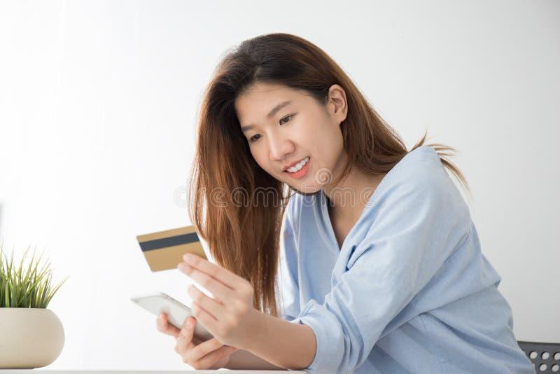 Kobiety noszą przypadkowa odzież robić zakupy z kredytową kartą z t w domu obrazy stock