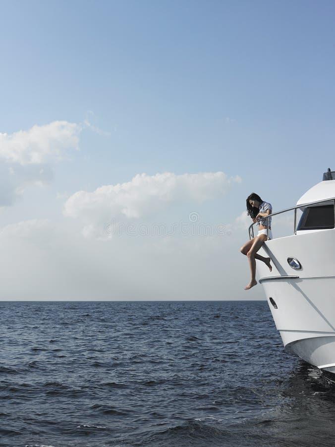 Kobiety obsiadanie Przy krawędzią jacht zdjęcia royalty free