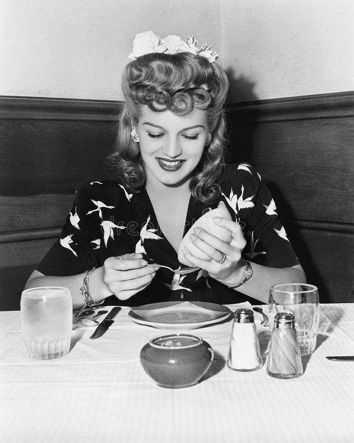 Kobiety obsiadanie przy stołem i gnieść grapefruitowego (Wszystkie persons przedstawiający no są długiego utrzymania i żadny nier zdjęcia stock