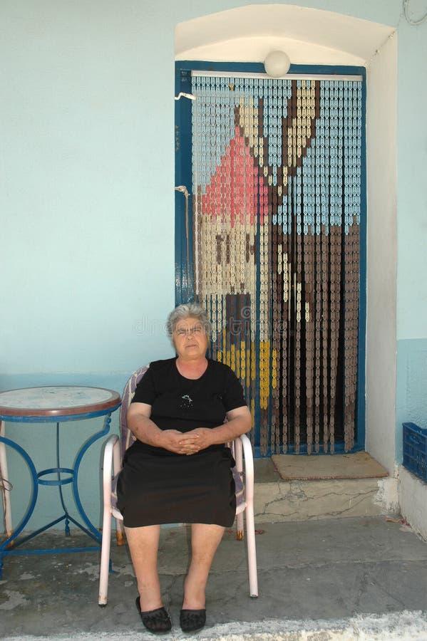 Kobiety obsiadanie przy wejściem dom zdjęcia stock