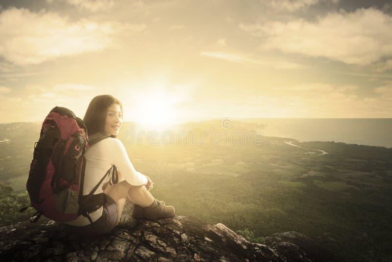 Kobiety obsiadanie w górze z zmierzchem zdjęcia royalty free