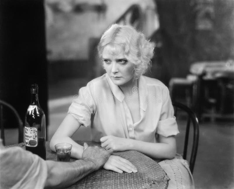 Kobiety obsiadanie z osobą w restauracyjnym przyglądającym spęczeniu (Wszystkie persons przedstawiający no są długiego utrzymania zdjęcia royalty free