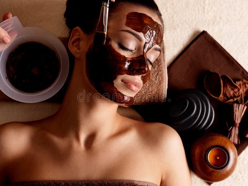 Kobiety odbiorcza kosmetyka maska w zdroju salonie obraz royalty free