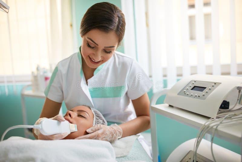 Kobiety odbiorcza terapia z profesjonalistą ultrasonic zdjęcie stock
