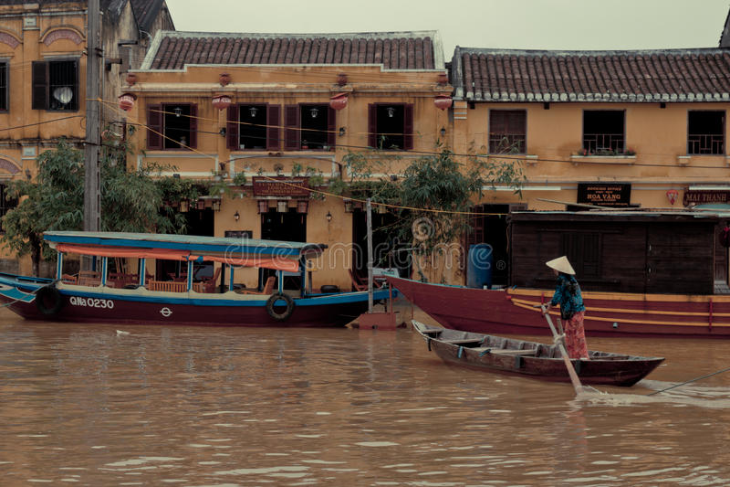 Kobiety oddawania dom w Hoi, Wietnam. obraz stock