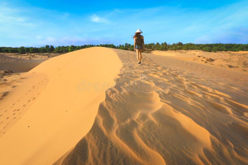 Kobiety odprowadzenie na czerwonej piasek diunie w Mui ne, Wietnam zdjęcia stock