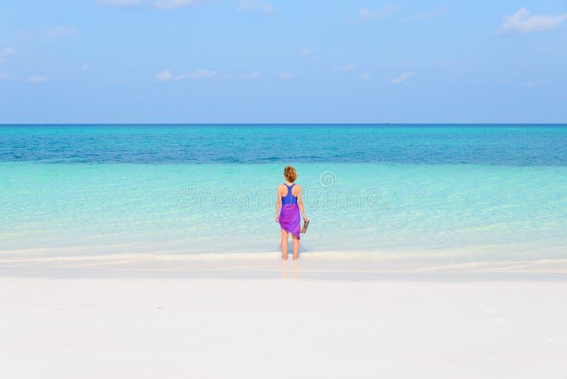 Kobiety odprowadzenie na tropikalnej pla?y Tylni widoku piaska plaży białego turkusowego trasparent wodnego morza karaibskiego is zdjęcia royalty free
