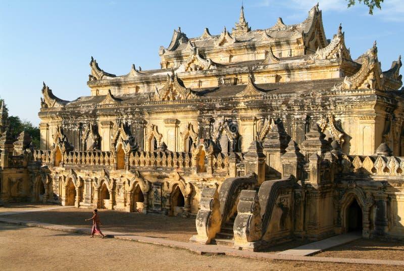 Kobiety odprowadzenie przed Maha Aungmye Bonzan monasterem przy Inwa zdjęcia royalty free