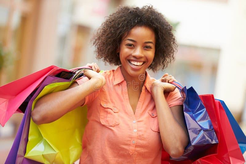 Kobiety odprowadzenie Przez centrum handlowego przewożenia torba na zakupy obraz stock