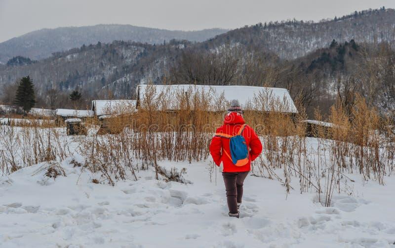 Kobiety odprowadzenie przy śnieżną wioską w Chiny zdjęcia stock