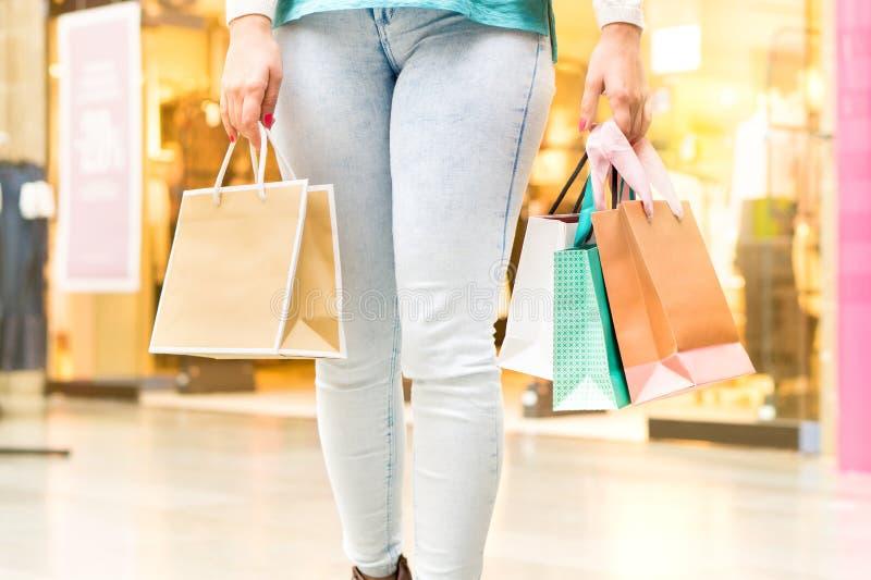 Kobiety odprowadzenie przy centrum handlowego przewożenia torba na zakupy obrazy royalty free