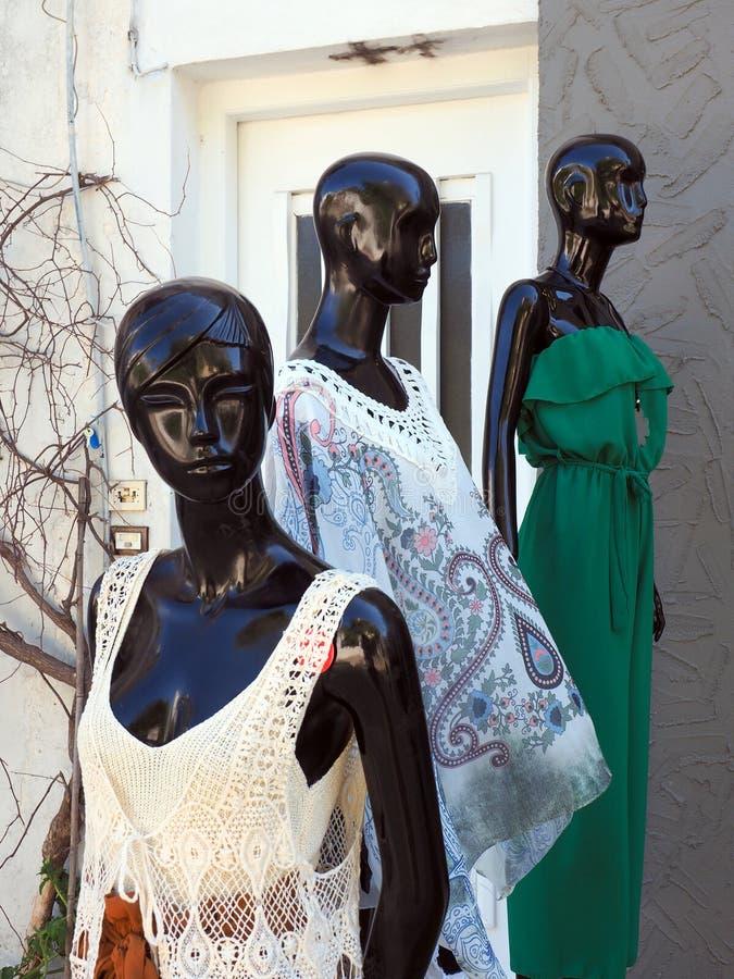Kobiety ` odzież na Czarnych Mannequins obraz royalty free
