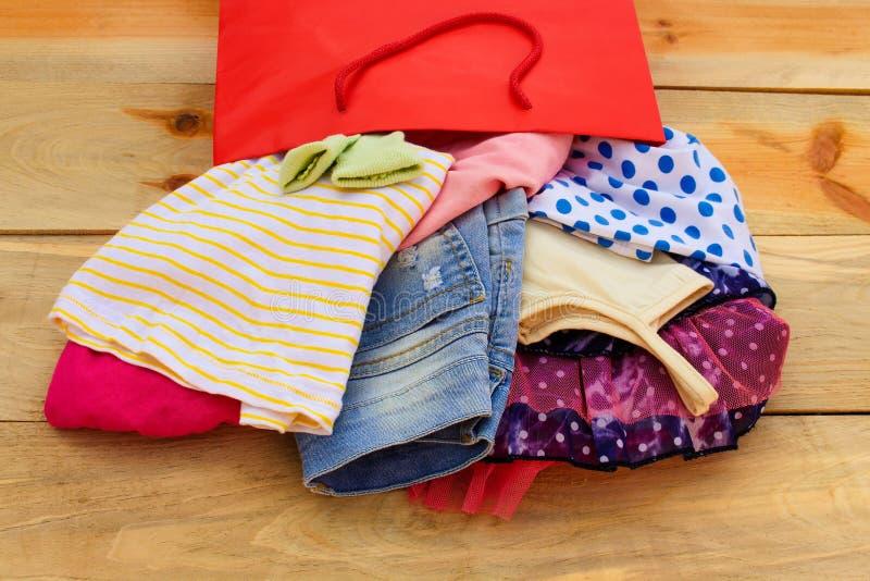 Kobiety odzież spada z papierowych torba na zakupy obrazy stock