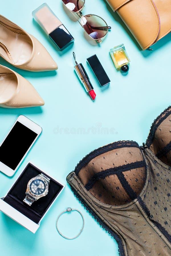 Kobiety odzieżowe i akcesoria na turkusowym tle fotografia stock