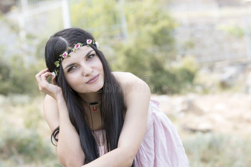 Kobiety odzieży kwiatu headpiece i menchii suknia zdjęcie stock