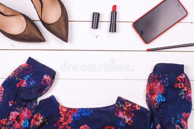 Kobiety odziewa set i akcesoria na nieociosanym drewnianym tle fotografia royalty free