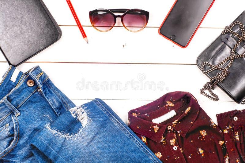 Kobiety odziewa set i akcesoria na nieociosanym drewnianym tle zdjęcie stock