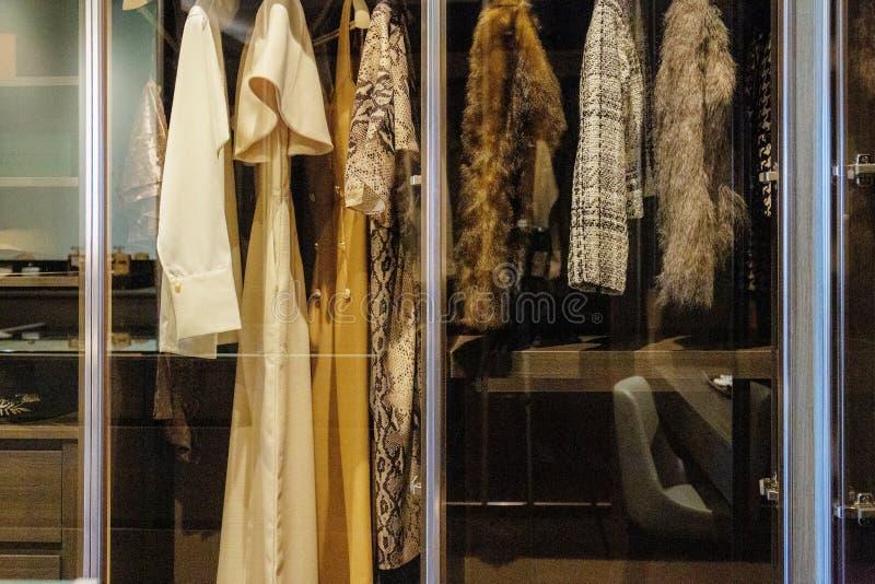 Kobiety odziewają w szafie zdjęcie royalty free
