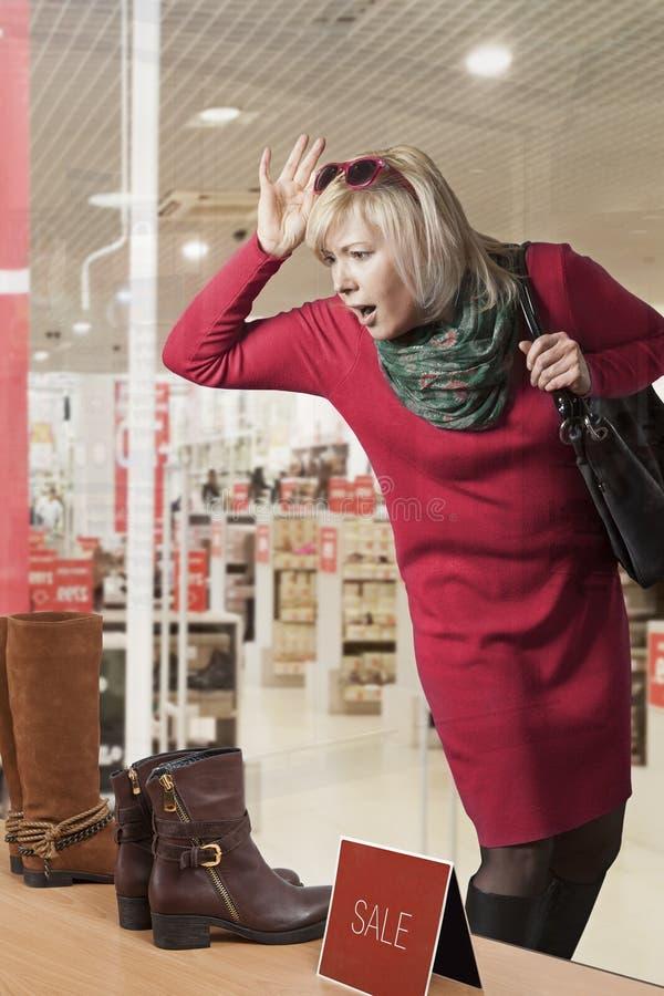Kobiety okno kupujący zdjęcia stock